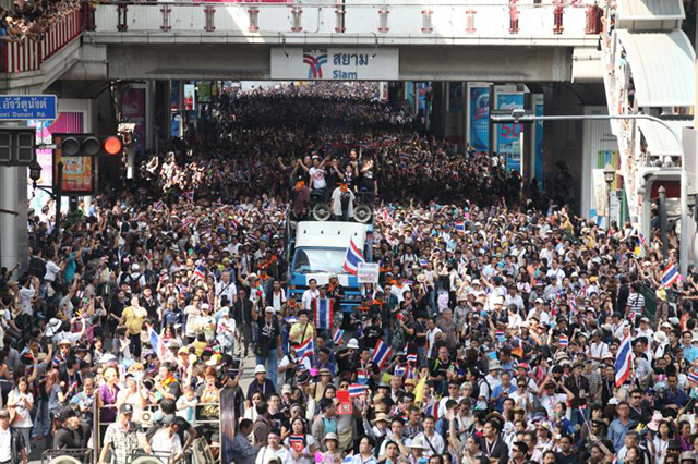 Demonstration in front of Siam Paragon, one of the largest malls in Bangkok. Photo: BangkokPost.com