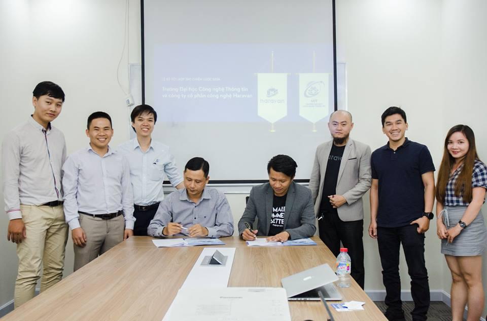 CEO Lâm Hồ đang ký thoả thuận với một đối tác