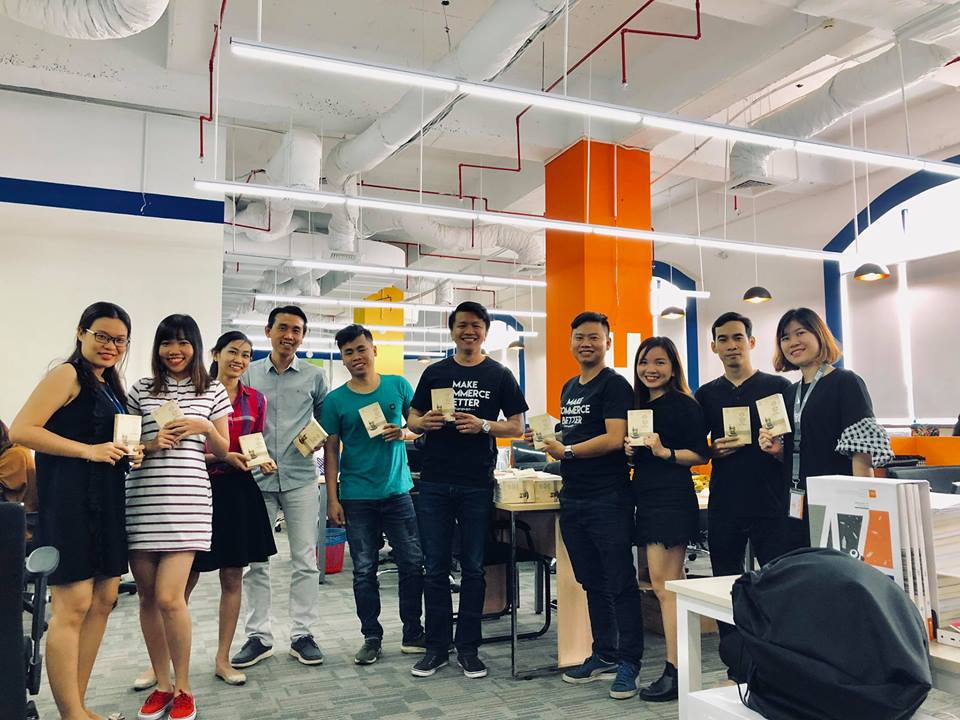 Anh Lâm Hồ trong chương trình tặng sách cho nhân viên